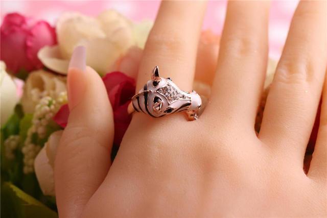 食指戴戒指