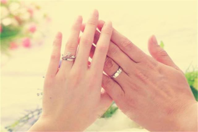 男生戴戒指