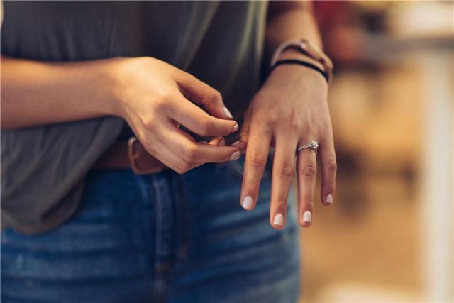 手指戴戒指