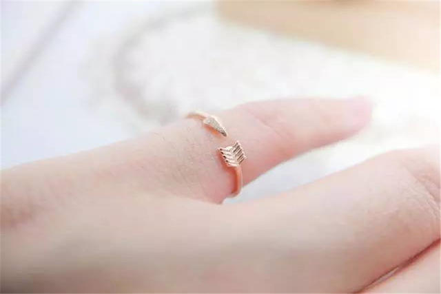 小指戴戒指