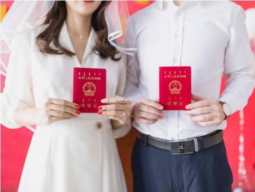 /新人展示他们的结婚证