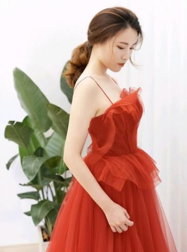 /身着红色敬酒服的新娘