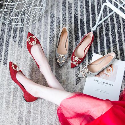 稳稳的幸福珍珠方扣闪光面红色礼服低跟婚鞋