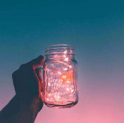 /杯子和粉蓝天空