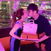 周杰伦为昆凌庆生,晒出两人甜蜜亲吻照,定制的生日蛋糕十分抢镜