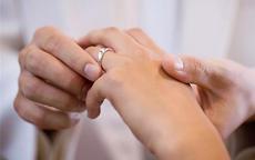 热恋中戒指戴哪个手指 情侣这样戴戒指才不会有误会