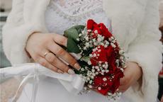 订婚戒指戴哪个手指 女生订婚戒指戴那只手正确