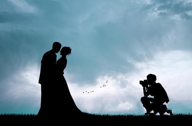 /摄影师拍摄一对新人