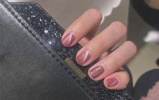 什么颜色的指甲油显手白