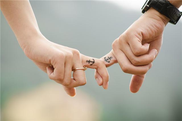 男女戴戒指