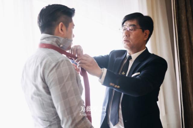 /新郎父亲给新郎系领带