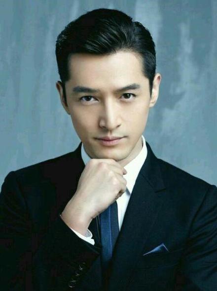 黑色西服+蓝色领带