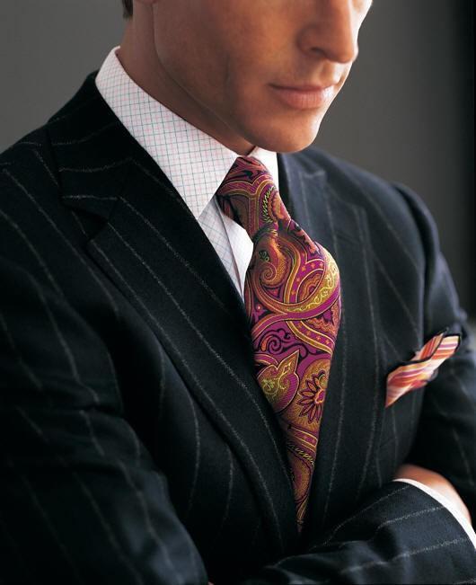 黑色西装+紫色图腾领带搭配