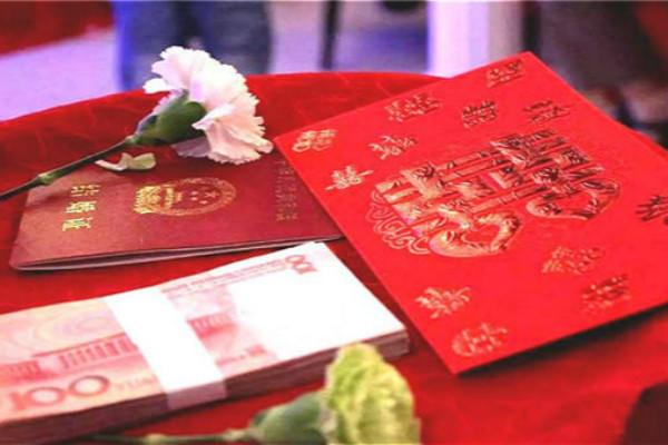 结婚证、钱、红包和鲜花