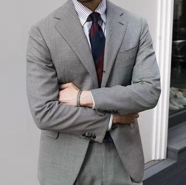 浅灰色休闲西装搭配条纹衬衫