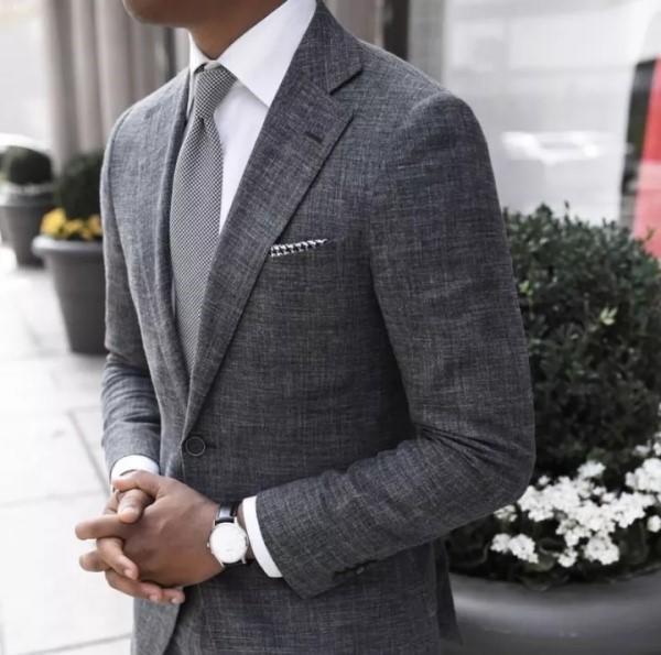 中灰色正式西服搭配白色正式衬衫