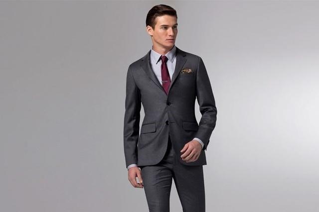 炭灰色正式西服搭配浅灰色正式衬衫