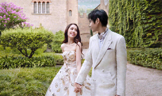 对望式婚纱照
