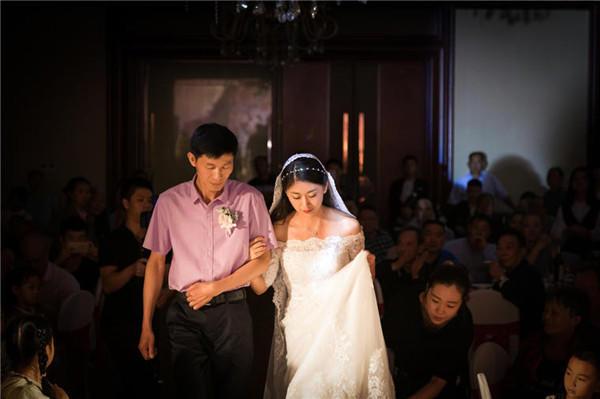 父亲送女儿出嫁