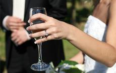 婚戒戴在哪个手指 结婚戒指有几种戴法
