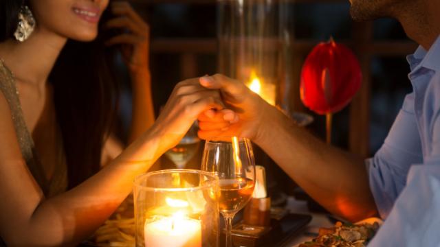 烛光晚餐下牵手的图