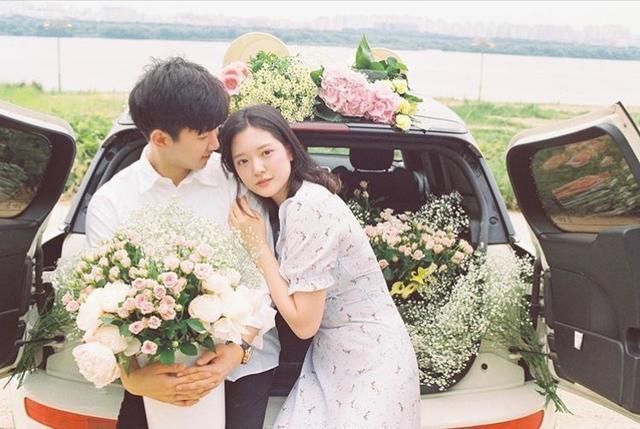 情侣和花和车