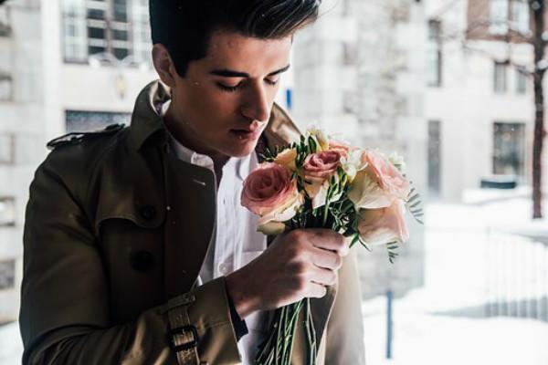 男生拿着花束
