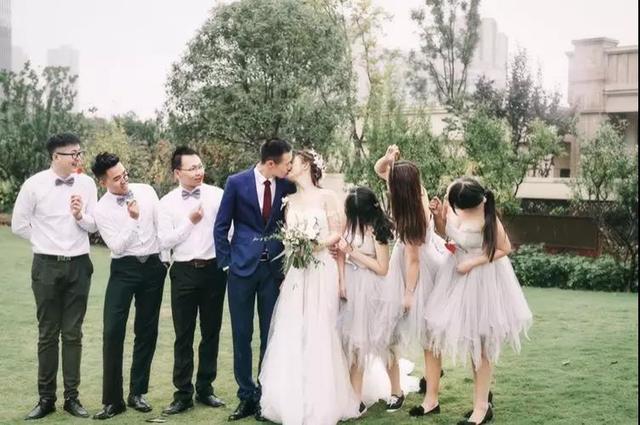 成都新娘苏歆和新郎伴郎伴娘的合照
