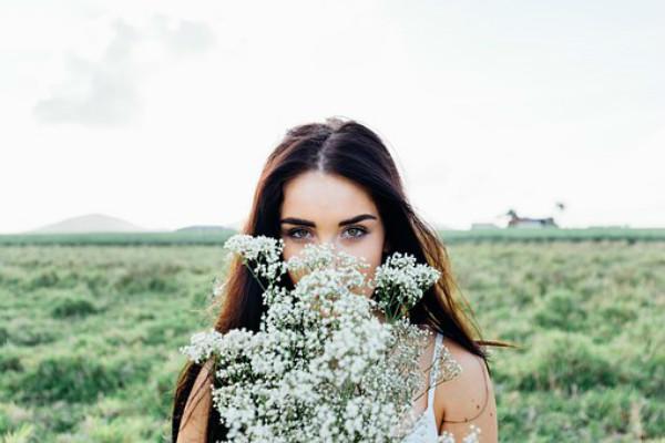 捧着鲜花的女生
