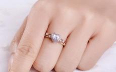 女人右手中指戴戒指是什么意思