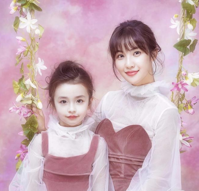 妈妈和女儿穿同款衣服拍照