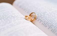 求婚时戒指戴哪只手图解 求婚戒指品牌推荐