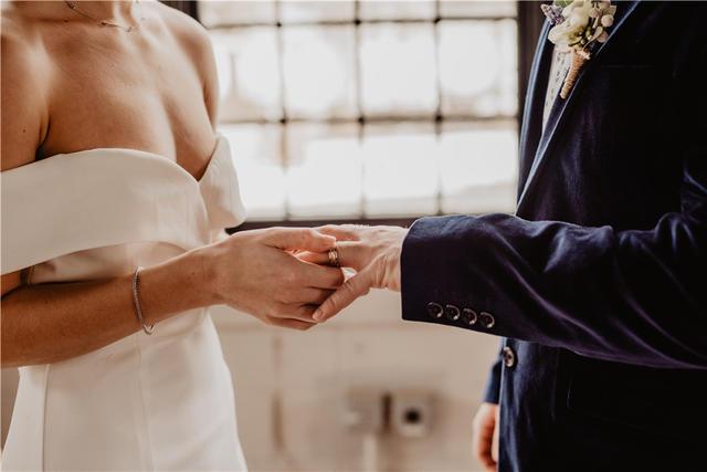 女生给男生戴戒指