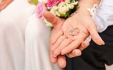 男生右手食指戴戒指什么意思 男士适合的戒指款式