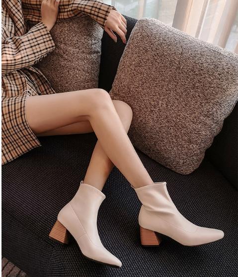 冬季结婚适合的白色短靴
