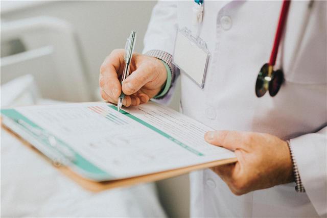 看着病历单的医生