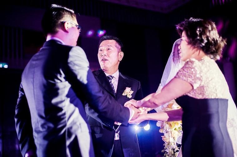 新郎父亲新婚致辞_婚礼现场男方父亲致辞【婚礼纪】