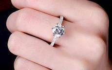 订婚戒指是钻戒吗