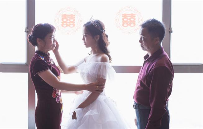 婚礼必拍——新娘家人不舍送新娘
