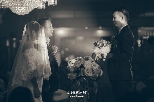 婚礼必拍——父亲带女儿上台