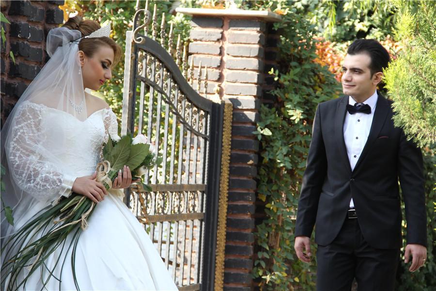 新娘和新郎拍摄婚纱照