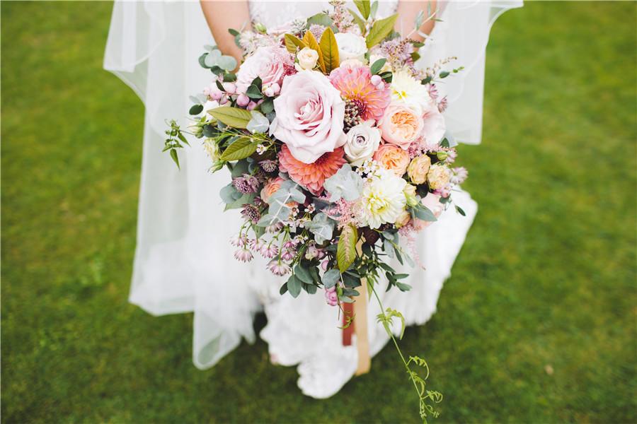 新娘手握着捧花