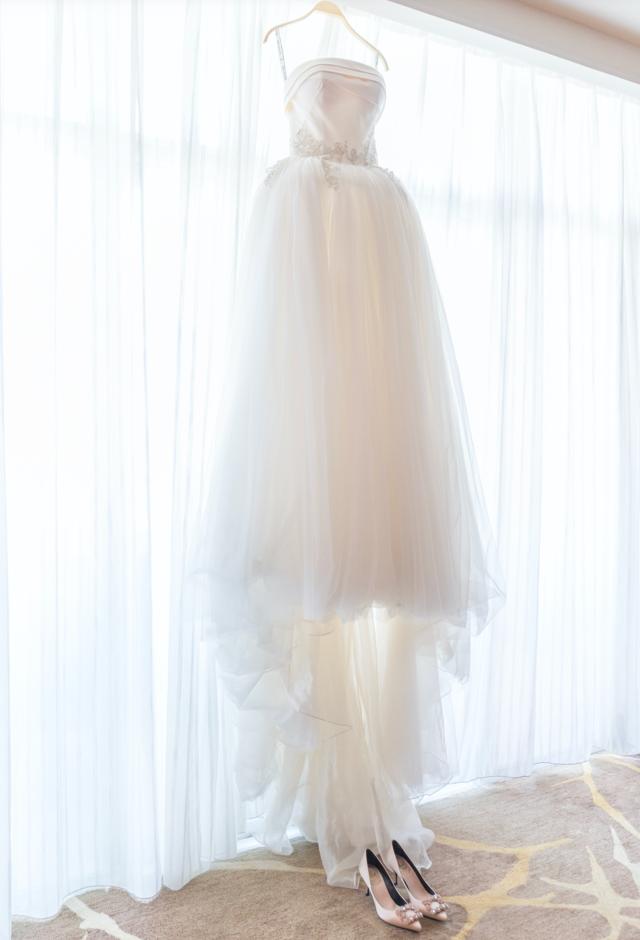 挂在衣架上的婚纱