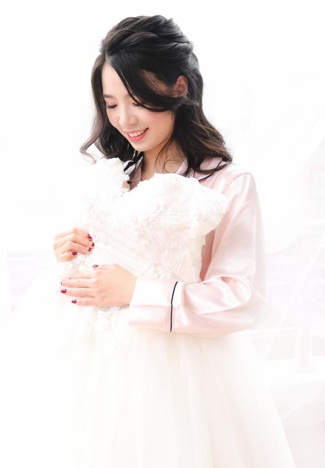新娘抱住婚纱