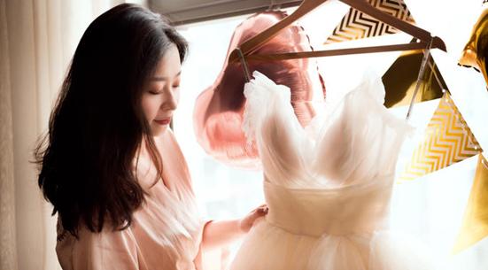 新娘抚摸婚纱
