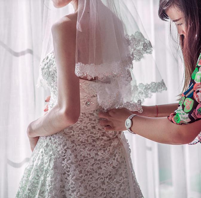 妈妈帮新娘整理婚纱