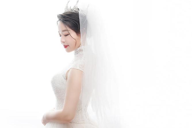 新娘身着婚纱的照片