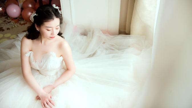 新娘坐姿拍摄婚纱