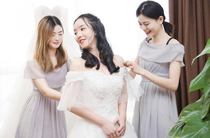 伴娘帮新娘整理衣服