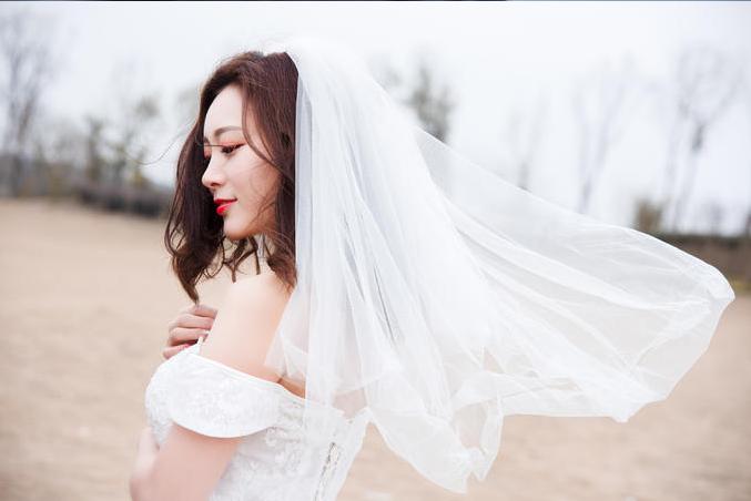 新娘掀起头纱的瞬间